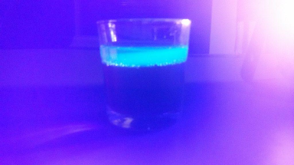 Fluoreszierender Drink